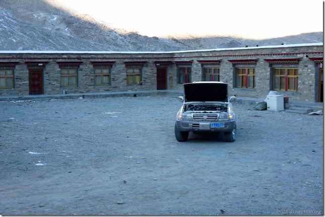 101105_P1020354_China, in Tibet, Mount Everest Region, Gasthaus, defekter Jeep