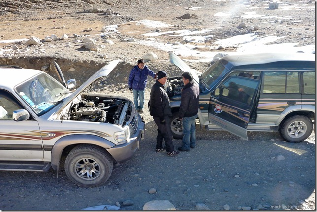 101105_P1020355_China, in Tibet, Mount Everest Region, defekter Jeep, Reparatur