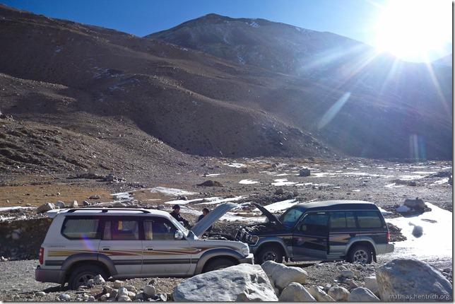 101105_P1020356_China, in Tibet, Mount Everest Region, defekter Jeep, Sonnenaufgang