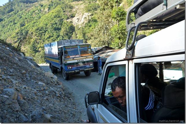101106_P1020486_Nepal, nach Kathmandu, unterwegs, enge Straße
