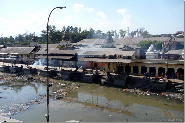 101111_P1020634_Nepal, Kathmandu, Pashupatinath Krematorium, Verbrennungsstellen