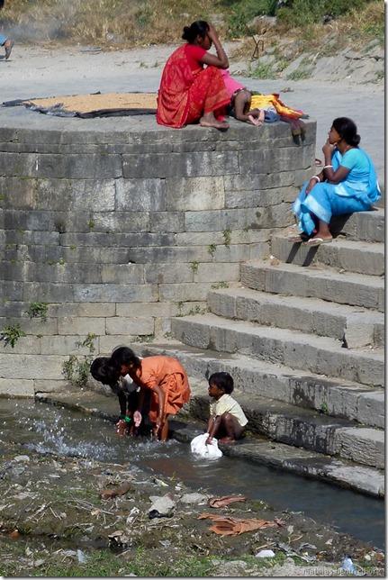 101111_P1020643_Nepal, Kathmandu, Pashupatinath Krematorium, Fluss, waschende Kinder
