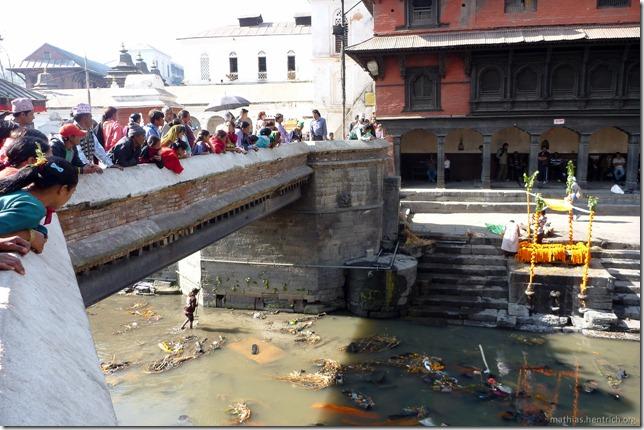 101111_P1020658_Nepal, Kathmandu, Pashupatinath Krematorium, Verbrennung, Zuschauer