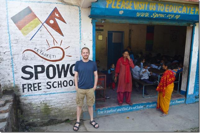 101111_P1020675_Nepal, Kathmandu, Nähe Pashupatinath Krematorium, Schule, Mathias