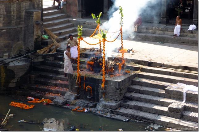 101111_P1020682_Nepal, Kathmandu, Pashupatinath Krematorium, Mitarbeiter-Trinkgeld
