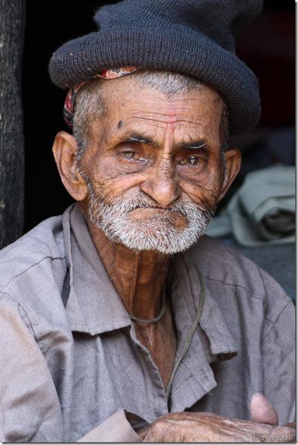 101111_TS-IMG_2896_Nepal, Kathmandu, unterwegs, alter Mann