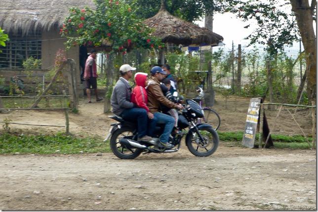 101113_P1020798_Nepal, Chitwan Nationalpark, Unterkunft, Moped, zu viert