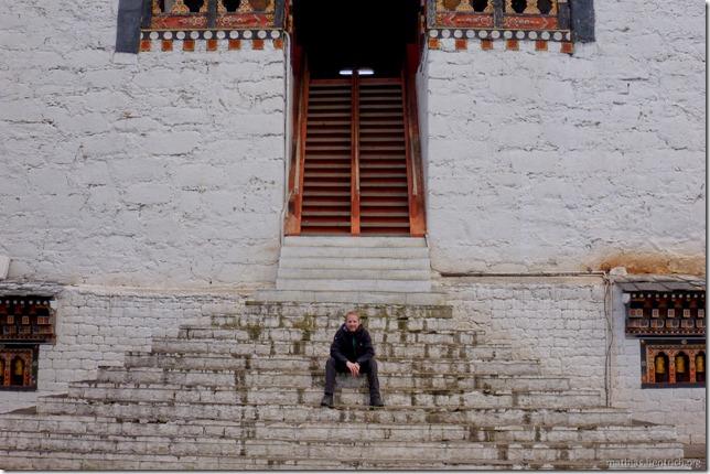 101119_P1030401_Bhutan, Thimphu, Trashi Chhoe Dzong, Mathias auf Treppen