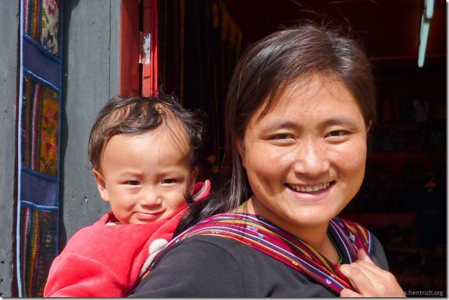 101120_P1030480_Bhutan, Thimphu, vor Shop, Frau mit Kind