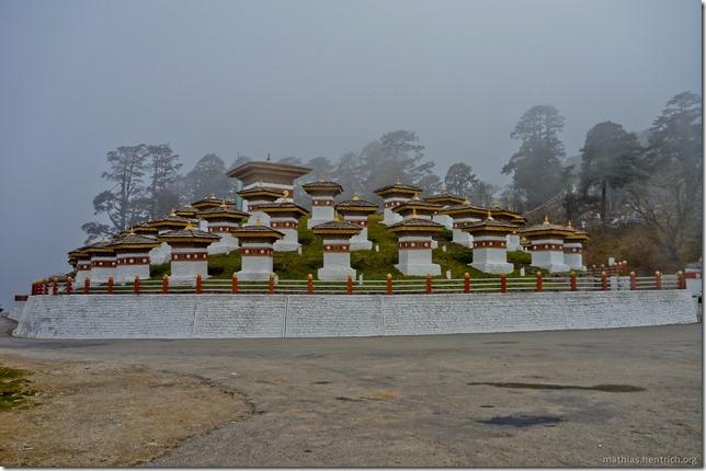 101120_P1030497_Bhutan, , Dochu La 108 stupa, Vorderseite