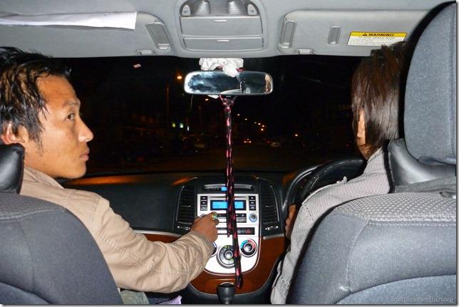 101121_P1030559_Bhutan, Paro, zum Karaoke-Club, im Auto