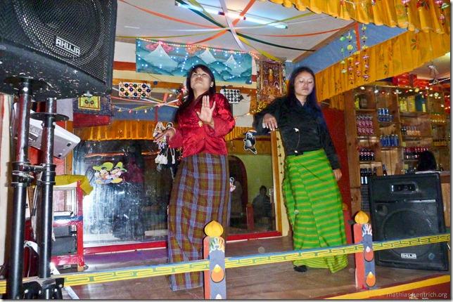 101121_P1030566_Bhutan, Paro, Karaoke-Club, Tanz