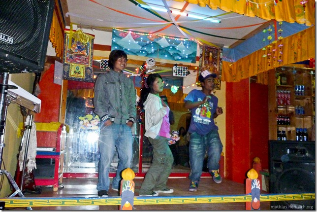 101122_P1030573_Bhutan, Paro, Karaoke-Club, Tanz